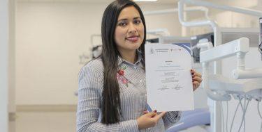 Egresada de Odontología USAT participa en el Décimo Foro Clínico