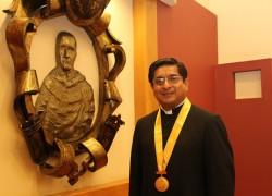 Capellán de Derecho recibe Medalla de Oro USAT