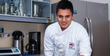 Estudiante de Administración Hotelera y de Servicios Turísticos trabaja en importante hotel de Francia