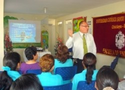 Profesor USAT dicta conferencia a personal médico